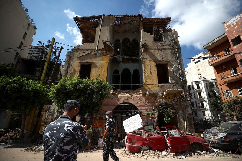 Военнослужащие осматривают руины здания.