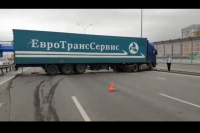 В Тюмени погиб пассажир фуры, вылетев на дорогу через лобовое стекло