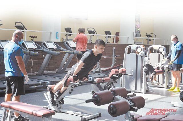 Занятия в спортзалах проходят по новым правилам: с ограниченным количеством людей и с соблюдением дистанции.