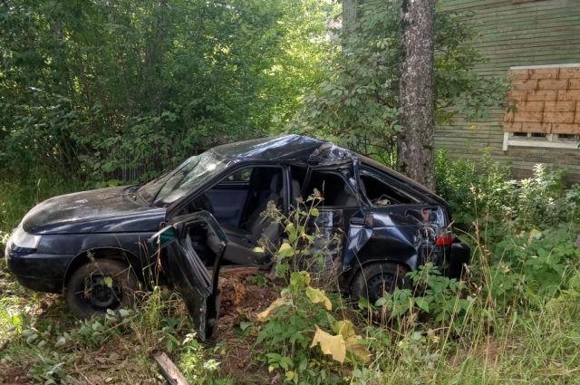 В результате ДТП водитель и его 30-летний пассажир получили травмы.