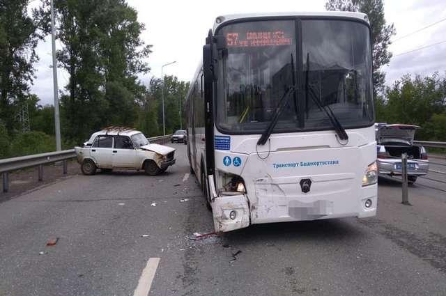 Автобус «Башавтотранса» столкнулся с припаркованным ВАЗ-2107 в Уфе