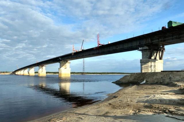 Строители моста через реку Пур соединили берега реки