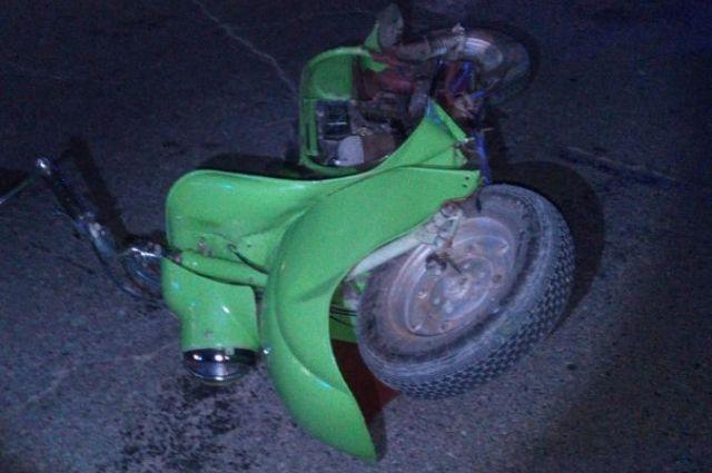 Renault Logan, за рулём которого находился 28-летний водитель, столкнулся с мотороллером, который двигался в попутном направлении. В