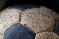 Жители Боровского осудили подростков, пинавших мяч в мемориал Победы