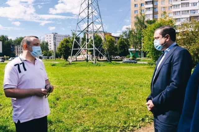 Алексей Островский (справа) заверил местных жителей, что территория около их домов останется зелёной зоной.