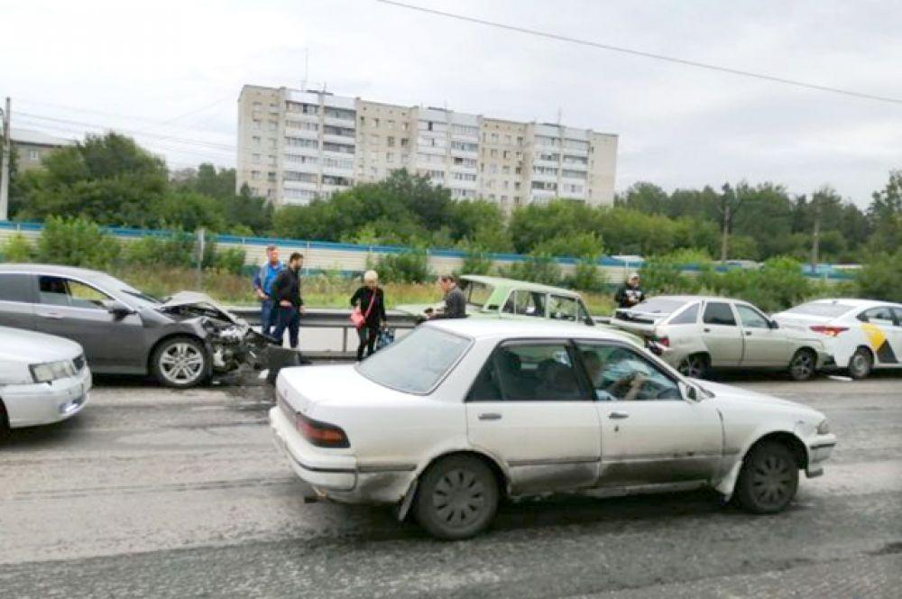 Другая дорожная беда - массовые ДТП. Здесь дорожно-транспортное происшествие произошло с участием пяти машин.