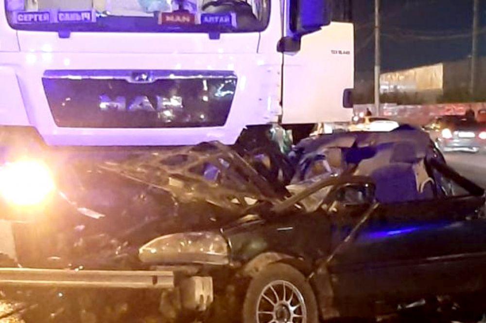 Несчастные случаи на дорогах не обходят стороной и старшее поколение, и молодежь. Так, многих жителей области шокировала страшная авария, в результате которой погибла 18-летняя девушка и молодой человек.