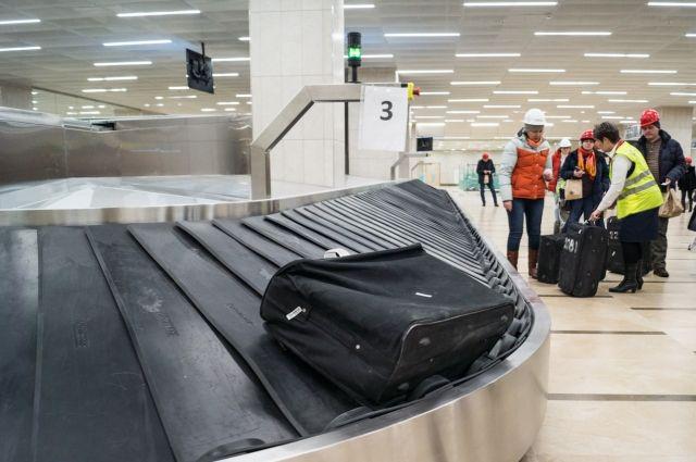 Пассажирам  прибывших рейсов пришлось ожидать на перроне.