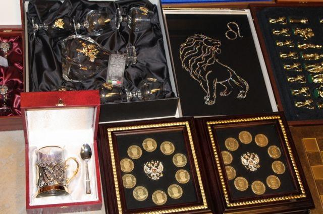 Оренбургский СК опубликовал фото драгоценностей, изъятых в доме экс-мэра Арапова.