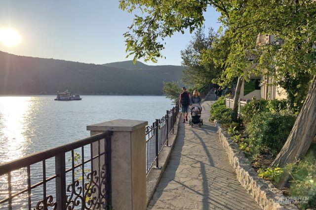 Горное озеро в Абрау-Дюрсо становится популярным для туристов.