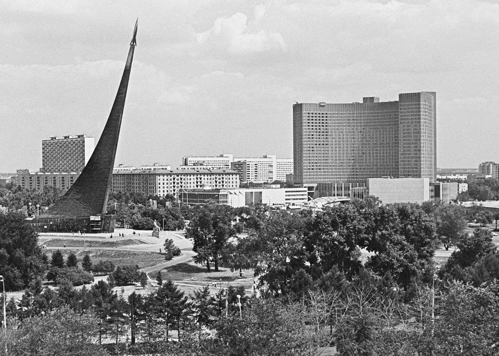 Вид на гостиницу «Космос» и монумент «Покорителям космоса». 1979