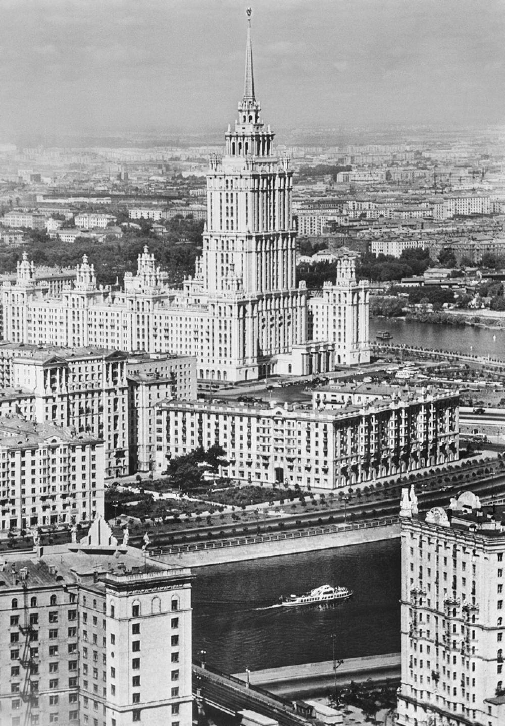 Вид на высотное здание гостиницы «Украина». Теплоход на Москве-реке. 1960-е