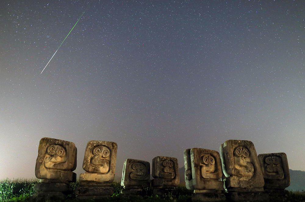 Персеиды в ночном небе над Некрополем жертв фашизма в местечке Нови-Травник в Боснии и Герцеговине.