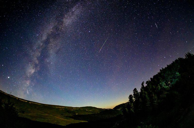 Звездное небо в Краснодарском крае во время метеорного потока Персеиды.