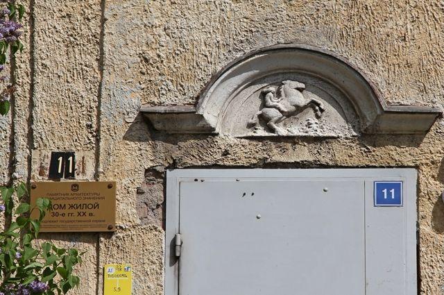 Старинные двери часто меняют на безликие железные экземпляры.