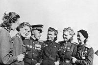Дважды Герой Советского Союза, командир эскадрильи штурмового полка Леонид Беда среди летчиц бомбардировочной авиации.