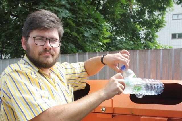 Пока крышечки с бутылок разрешают не снимать, но на самом деле это разные виды пластика, которые сдаются на переработку отдельно.