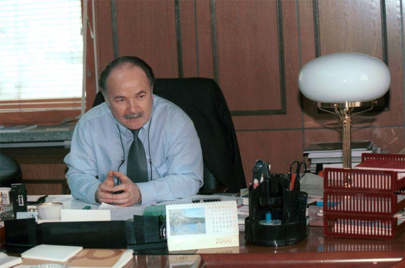 Николай Губенко в своем рабочем кабинете в Государственной Думе. 10 апреля 2000 г. Москва.