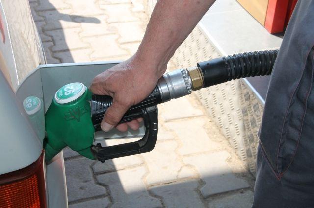 На среднюю зарплату омича можно купить 757 литров топлива в месяц