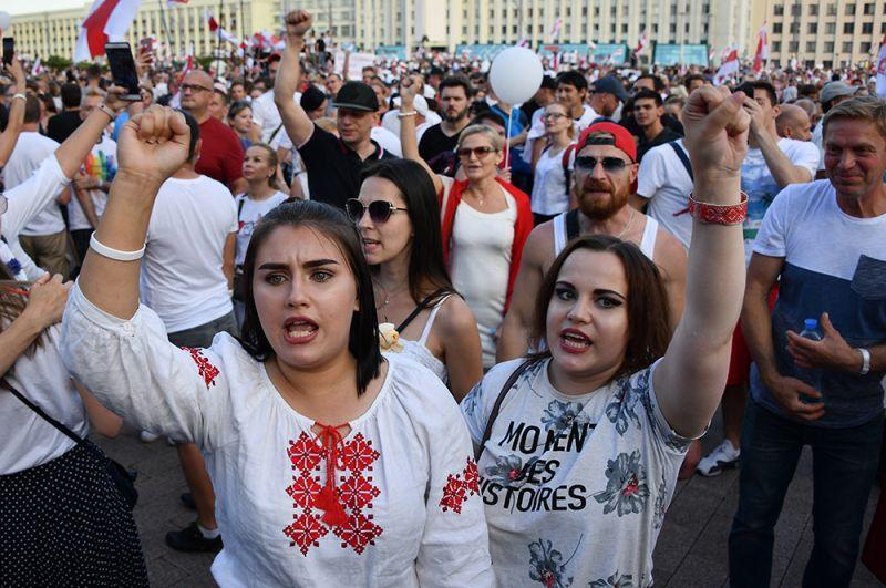 Участники оппозиционного митинга на площади Независимости в Минске.