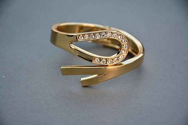 Оренбурженка лишилась золотых украшений на 5 тысяч рублей.