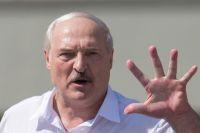 Александр Лукашенко на митинге в Минске: «Кругом посмотрите: танки, самолёты на взлёте в 15 минутах от наших границ! Натовские войска лязгают гусеницами у наших ворот! Идёт наращивание военной мощи у западных границ».