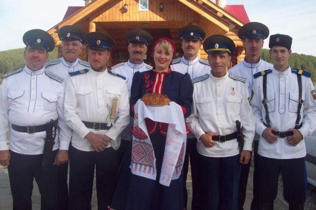 Татьяна Комарницкая и её мужчины — казачий хор «Станичники».