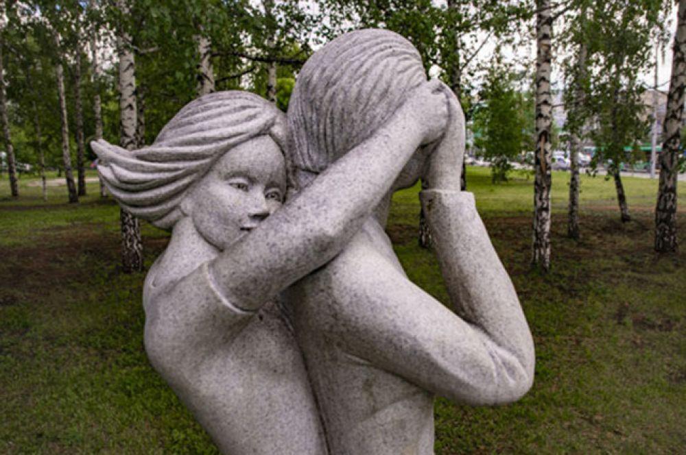 Один из самых милых памятников Новосибирска. Выполнен он в натуральную величину и посвящен первому свиданию. Угадаете, где он расположен?