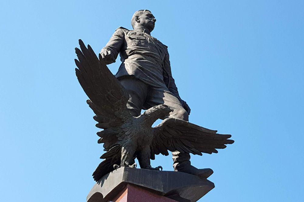 Конечно, помнит город и о героях. Этот памятник посвящен трижды Герою Советского Союза маршалу авиации А. И. Покрышкину. И хочется верить, что каждый житель помнит, где находится и этот, и многие другие памятники города.