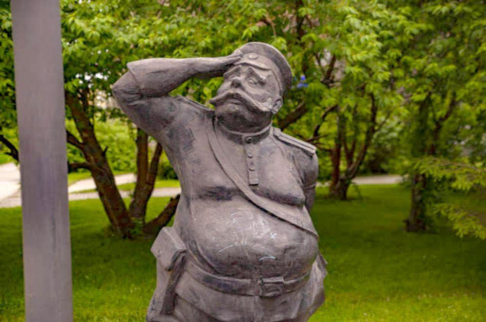 А это - памятник светофору в Новосибирске. А чтобы вы точно вспомнили, где он находится, даём подсказку: именно в этом месте в 1936 году был установлен один из первых светофоров города.