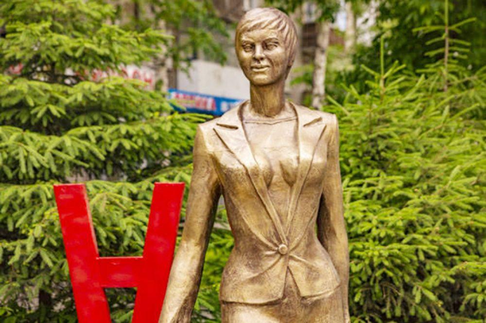"""Конечно, есть в городе место и для """"железной леди"""". Вспомните, где стоит этот памятник деловой женщине?"""