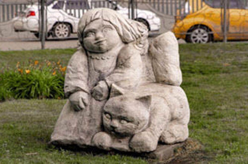 Удивительных памятников в городе множество. Вот еще один из них - «Девочка Маришка с котенком по имени Муренка». В народе он называется проще - «Девочка с котенком». Вспомнили, где он вам встречался?