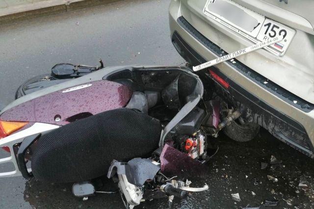 Автоинспекторы позже выяснили, что у мужчины не было прав управление скутером. К тому же он бы пьян.