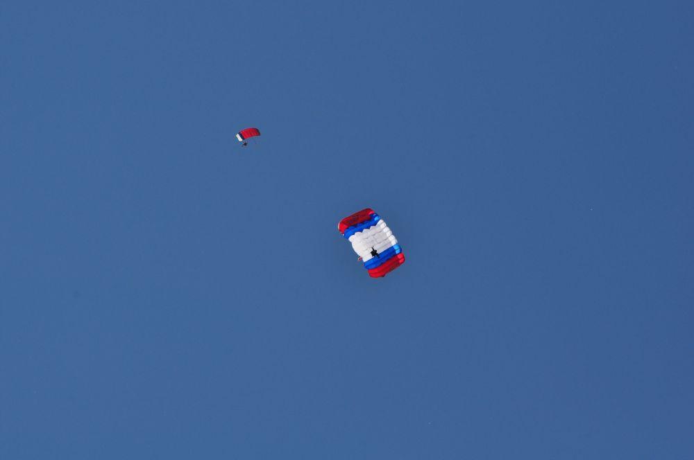 Зрители видят красивые купола на фоне синего неба. Но главное на «акробатическом» этапе происходит до раскрытия парашюта.