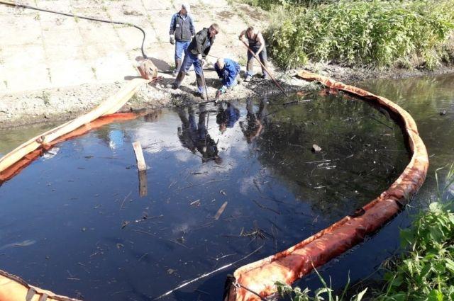 На берегу реки Сакмары обнаружили незаконную нефтеустановку, законсервированную недавно.