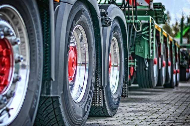 В Оренбуржье представитель предприятия давал взятки за проезд большегрузов, принадлежаших фирме.