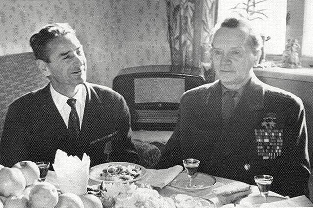 Встреча бывшего снайпера Фролова (слева) и генерала Батова. За их спинами – тот самый подаренный властями телевизор.