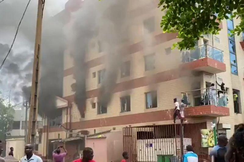 Участники митинга в поддержку военного мятежа в столице Мали Бамако.