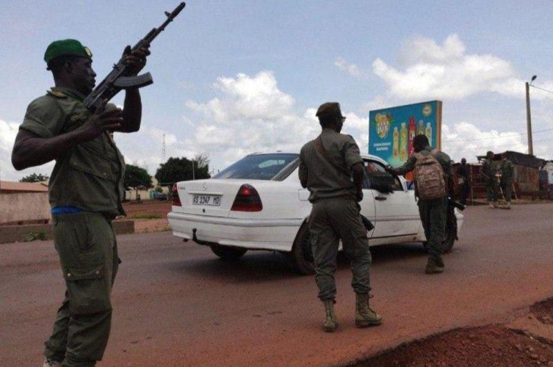 Военнослужащие во время митинга в поддержку военного мятежа в столице Мали Бамако.