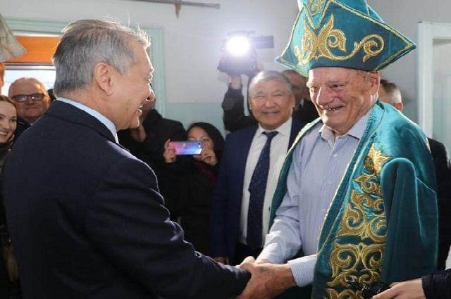 Аким Даниал Ахметов в гостях у аксакала.