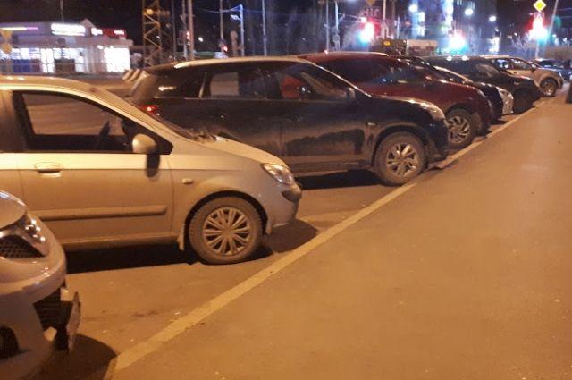 В Тюмени ночью подростки гуляют по дворам и портят чужие автомобили