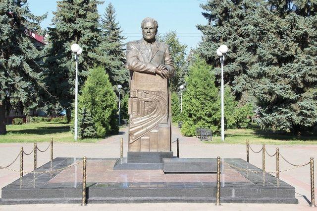 Памятник Ивану Паристому, установленный в Фокинском районе Брянска.
