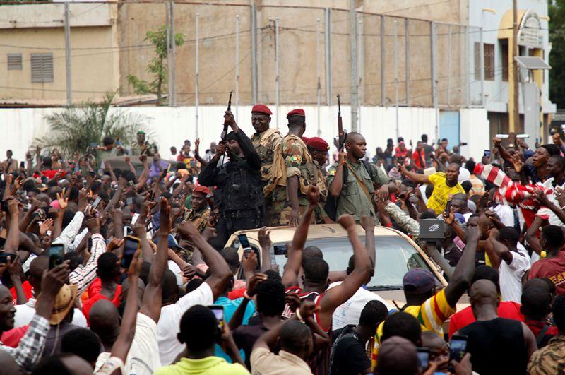 Солдаты малийской армии на площади Независимости в Бамако.