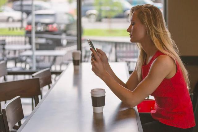 Люди за четыре месяца соскучились по посиделкам в кафе, но денег на это особо нет.