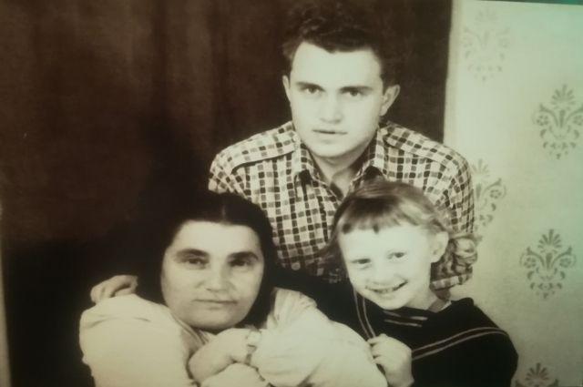 После 9 класса Василий Аксёнов поехал к маме в Магадан. На фото: Евгения Гинзбург, Василий Аксёнов и Тоня Аксёнова. Магадан, 1950-1951 гг.