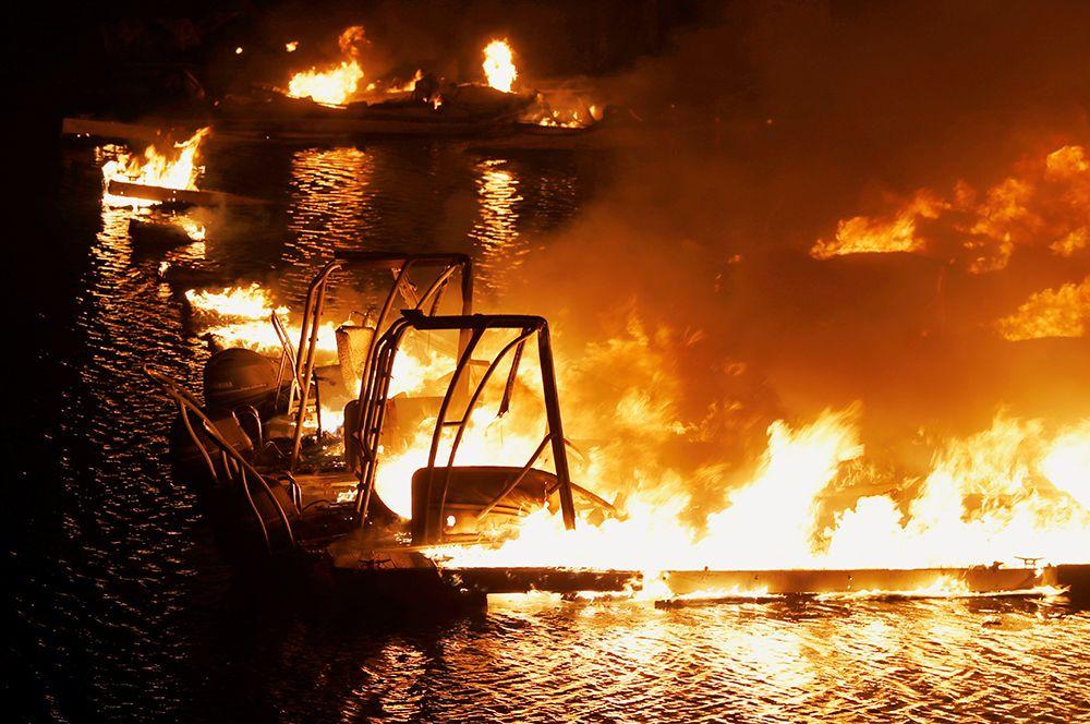 Лодки, охваченные пламенем, в доке возле курорта Markley Cove в Напе.