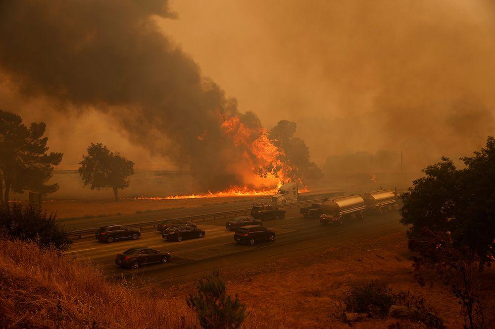 Межштатная автомагистраль 80 в Фэрфилде к юго-западу от Сакраменто, перекрытая из-за пожара.