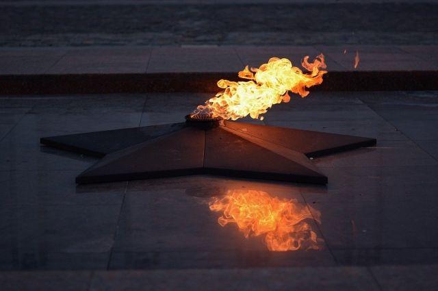 В Оренбурге малолетние вандалы залили водой пламя Вечного огняна проспекте Победы.