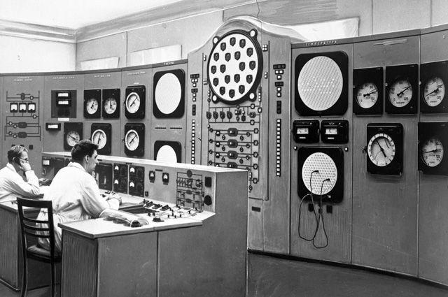Первая в мире атомная электростанция АН СССР (Обнинск). Пульт управления.