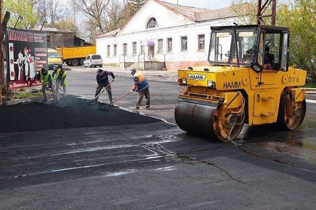Масштабный дорожный ремонт развернулся в городе, но качество работ местами оставляет желать лучшего.